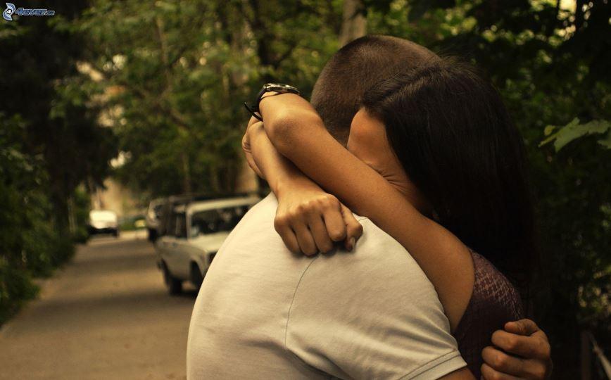 pareja-en-abrazo-despedida-calle-158863